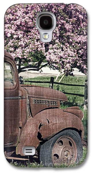 Old Trucks Photographs Galaxy S4 Cases - The Old Truck and the Crab Apple Galaxy S4 Case by Edward Fielding