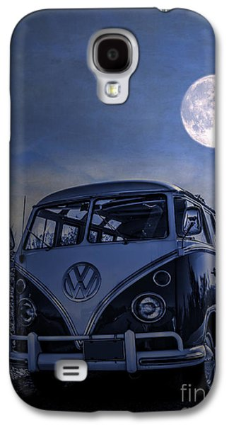 Moonlit Night Photographs Galaxy S4 Cases - Vintage VW bus parked at the beach under the moonlight Galaxy S4 Case by Edward Fielding