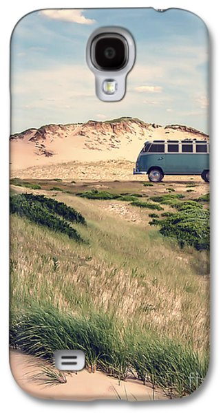 70s Galaxy S4 Cases - VW Surfer Bus out in the sand dunes Galaxy S4 Case by Edward Fielding