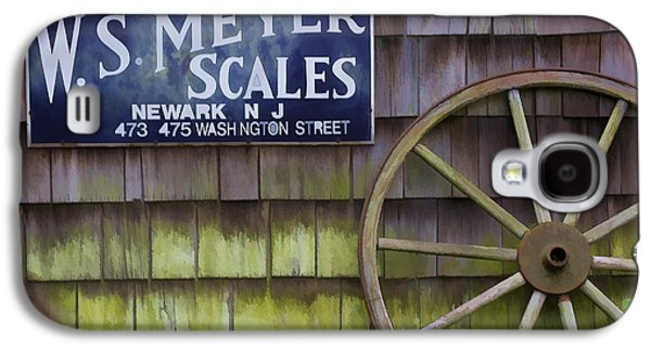 Old Western Photos Galaxy S4 Cases - Weathered Wood Wagon Wheel Galaxy S4 Case by David Letts