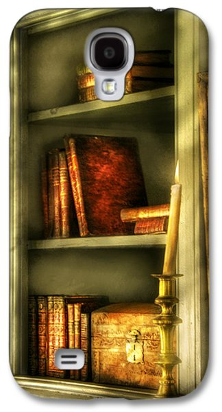 Writer - In The Library  Galaxy S4 Case by Mike Savad