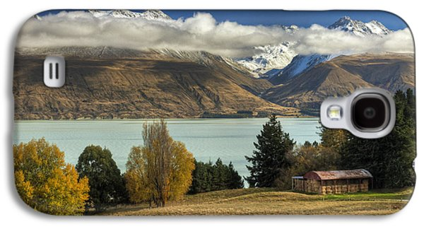 Mountain Photographs Galaxy S4 Cases - Barn Near Lake Pukaki And Ben Ohau Galaxy S4 Case by Colin Monteath
