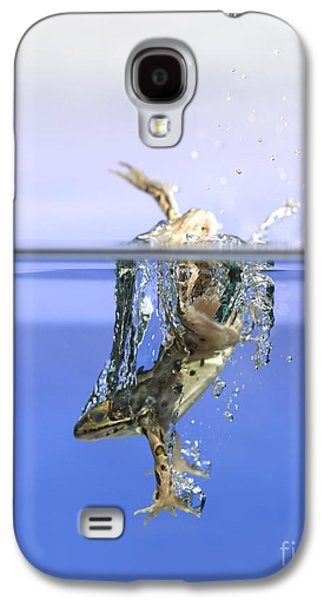 Anurans Galaxy S4 Cases - Frog Jumps Into Water Galaxy S4 Case by Ted Kinsman