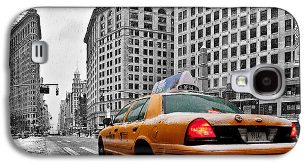 Winter Prints Photographs Galaxy S4 Cases - Colour Popped NYC Cab in front of the Flat Iron Building  Galaxy S4 Case by John Farnan