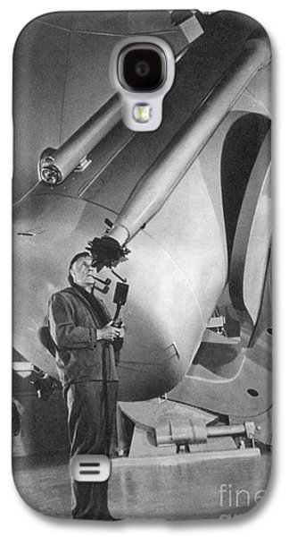Personalities Photographs Galaxy S4 Cases - Edwin Hubble And Telescope Palomar Galaxy S4 Case by Science Source