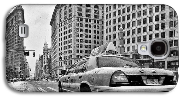 New York New York Com Galaxy S4 Cases - NYC Cab and Flat Iron Building black and white Galaxy S4 Case by John Farnan