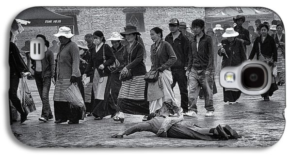 Tibetan Buddhism Galaxy S4 Cases - Pilgrim Prostration Galaxy S4 Case by Joan Carroll