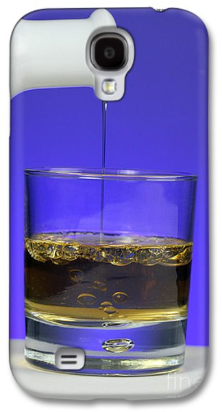 Vinegar Galaxy S4 Cases - Pouring Oil Into Vinegar Galaxy S4 Case by Photo Researchers, Inc.
