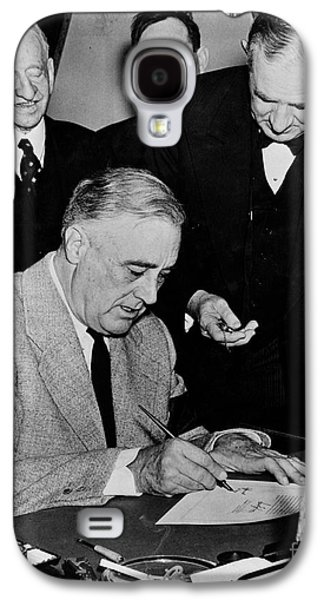44th President Galaxy S4 Cases - Roosevelt Signing Declaration Of War Galaxy S4 Case by Photo Researchers