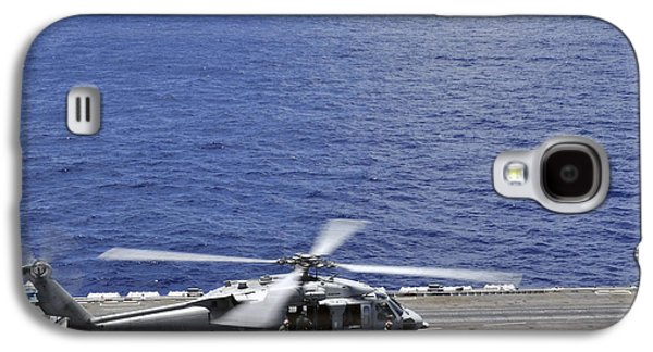 Helicopter Photographs Galaxy S4 Cases - Sh-60 Sea Hawk Helicopters Land Aboard Galaxy S4 Case by Stocktrek Images