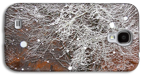 Quiet Time Photographs Galaxy S4 Cases - Falling Snow in a Neighborhood Galaxy S4 Case by David Buffington
