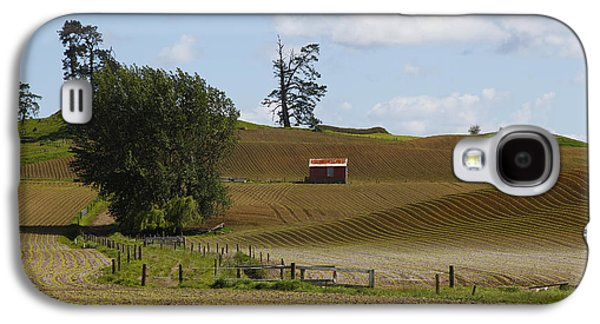 Shed Galaxy S4 Cases - Barn in field Galaxy S4 Case by Les Cunliffe