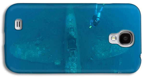 New Britain Galaxy S4 Cases - Diver Explores The Wreck Galaxy S4 Case by Steve Jones