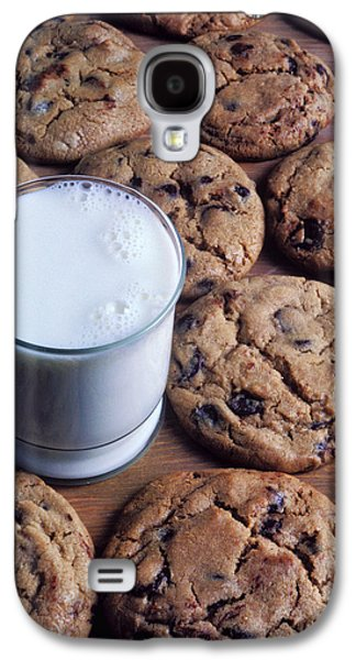 Chip Photographs Galaxy S4 Cases - Chocolate chip cookies and glass of milk Galaxy S4 Case by Garry Gay
