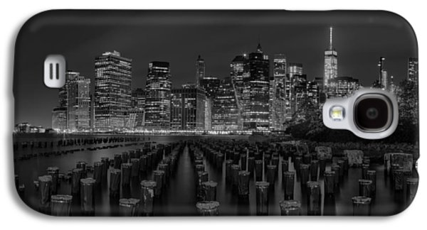 American Galaxy S4 Cases - Manhattan and the Brooklyn Pileons in Black and White Galaxy S4 Case by Andres Leon