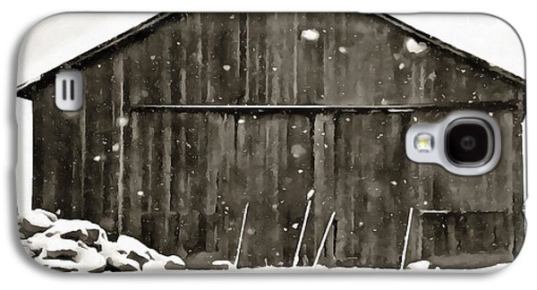 Barns In Snow Galaxy S4 Cases - Old Barn In Winter Galaxy S4 Case by Dan Sproul