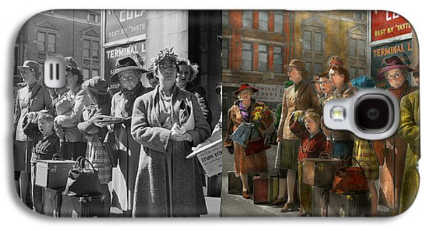 Indiana Scenes Galaxy S4 Cases - People - People waiting for the bus - 1943 - Side by side Galaxy S4 Case by Mike Savad