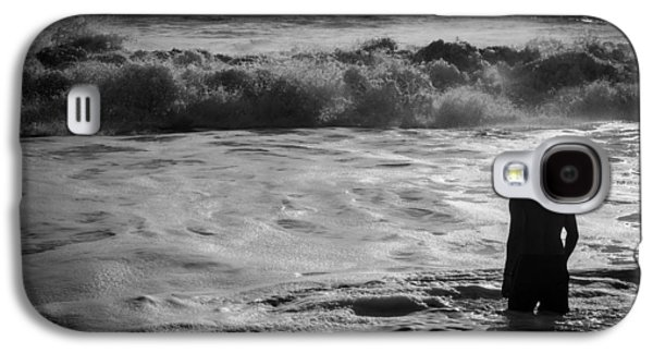 Contemplative Photographs Galaxy S4 Cases - The man and the Ocean BW Galaxy S4 Case by Christian Vaccese
