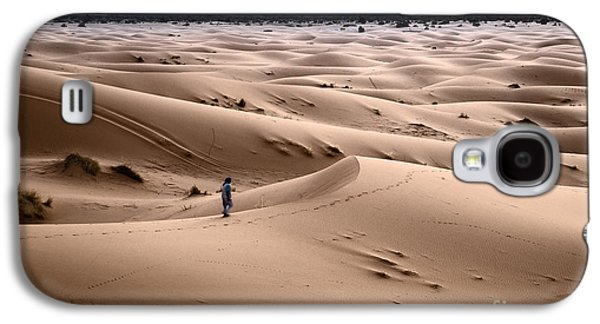 Sand Dunes Galaxy S4 Cases - Walking the desert Galaxy S4 Case by Yuri Santin