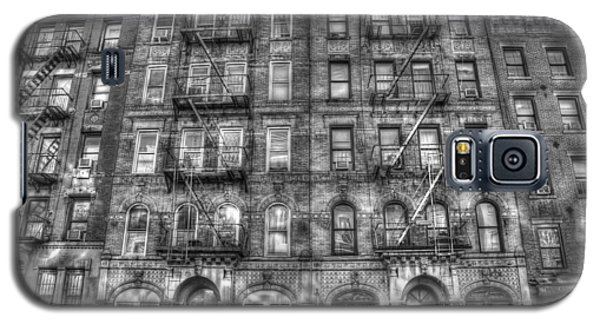 Led Zeppelin Physical Graffiti Building In Black And White Galaxy S5 Case by Randy Aveille