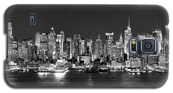 New York City Nyc Skyline Midtown Manhattan At Night Black And White Galaxy S5 Case by Jon Holiday
