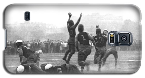 Quarterback Throwing Football Galaxy S5 Case by Underwood Archives