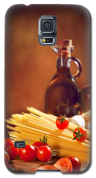 Spaghetti Pasta With Tomatoes And Garlic Galaxy S5 Case by Amanda Elwell