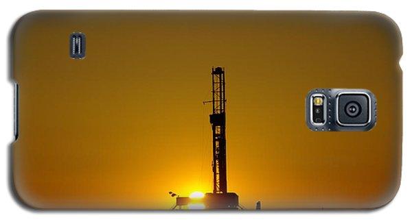 Oil Rig Near Killdeer In The Morn Galaxy S5 Case by Jeff Swan