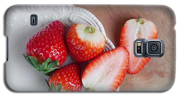 Strawberries From Above Galaxy S5 Case by Tom Mc Nemar