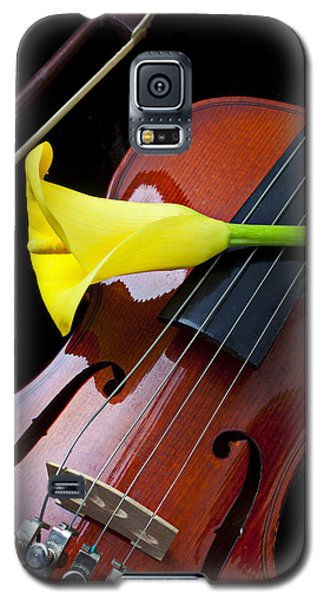 Violin With Yellow Calla Lily Galaxy S5 Case by Garry Gay
