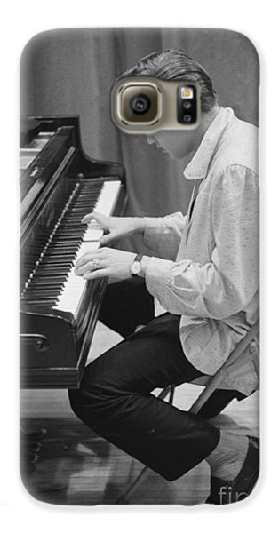 Elvis Presley On Piano While Waiting For A Show To Start 1956 Galaxy S6 Case by The Phillip Harrington Collection
