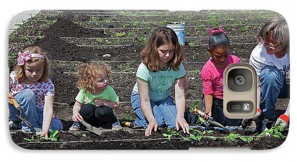 Children At Work In A Community Garden Galaxy S7 Case by Jim West