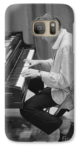 Elvis Presley On Piano While Waiting For A Show To Start 1956 Galaxy S7 Case by The Harrington Collection