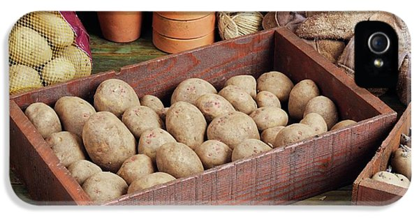 Box Of Potatoes IPhone 5 / 5s Case by Geoff Kidd
