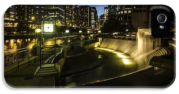Michgan Avenue iPhone 5 Cases - Chicagos centennial fountain and skyline iPhone 5 Case by Sven Brogren