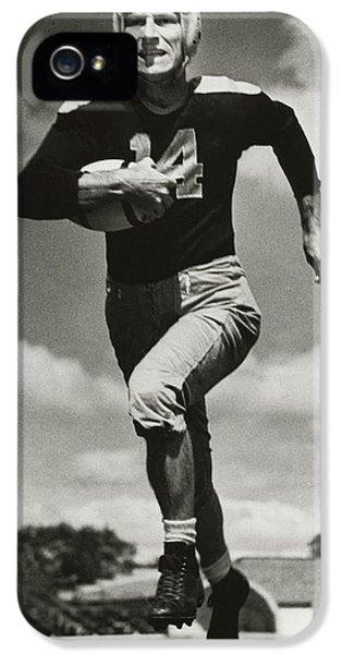 National League iPhone 5 Cases - Don Hutson running iPhone 5 Case by Gianfranco Weiss