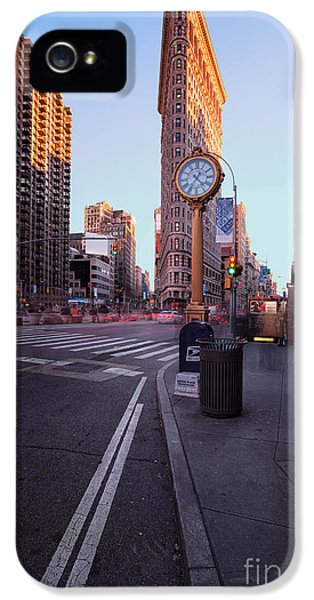 Colour Image iPhone 5 Cases - Flatiron area in motion iPhone 5 Case by John Farnan