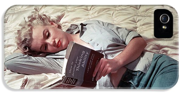 Howard Hawks iPhone 5 Cases - Marilyn Monroe Reading iPhone 5 Case by Nomad Art And  Design
