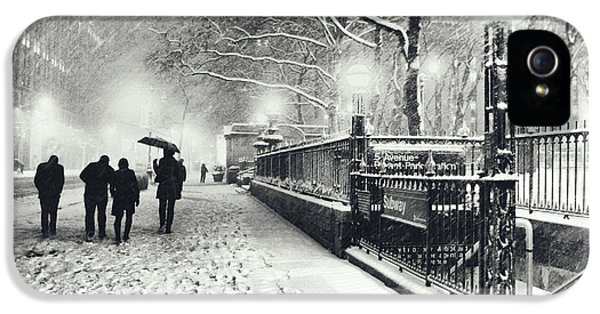 New York City - Winter - Snow At Night IPhone 5 / 5s Case by Vivienne Gucwa