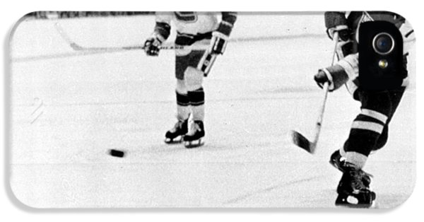 National League iPhone 5 Cases - Phil Esposito in action iPhone 5 Case by Gianfranco Weiss