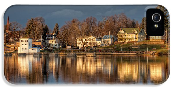Reflection Of A Village - Phoenix Ny IPhone 5 / 5s Case by Everet Regal