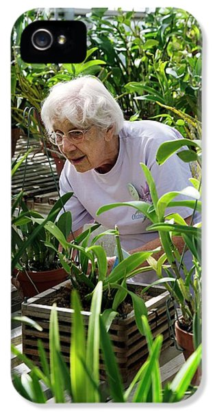 Volunteer At A Botanic Garden IPhone 5 / 5s Case by Jim West