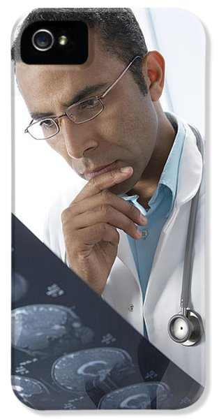 Doctor Examining Mri Scans IPhone 5 / 5s Case by Adam Gault