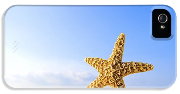Starfish In Front Of The Ocean IPhone 5 / 5s Case by Richard Wear