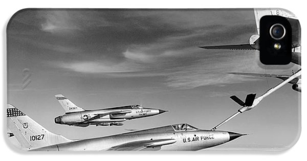 F-105s Refueling In The Air IPhone 5 / 5s Case by Underwood Archives