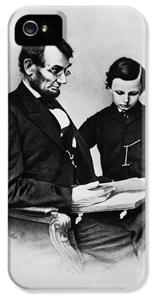 Gettysburg Address iPhone 5 Cases - Lincoln Reading To His Son iPhone 5 Case by Photo Researchers