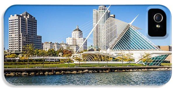 Milwaukee Skyline Photo With Milwaukee Art Museum IPhone 5 / 5s Case by Paul Velgos