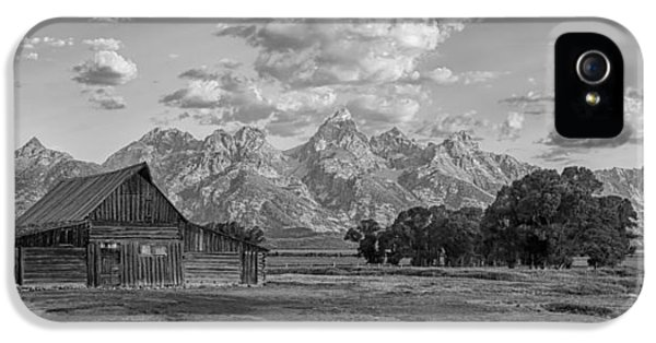 Mormon Row Farm In Black And White IPhone 5 / 5s Case by Andres Leon