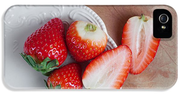 Strawberries From Above IPhone 5 / 5s Case by Tom Mc Nemar