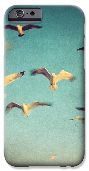 dans avec les oiseaux iPhone Case by Taylan Soyturk
